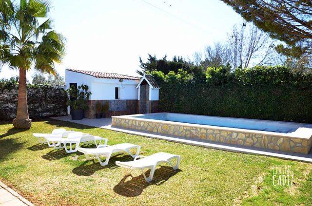 Tumbonas, jardín, piscina y ducha exterior
