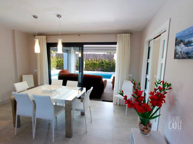 Mesa comedor y acceso terraza