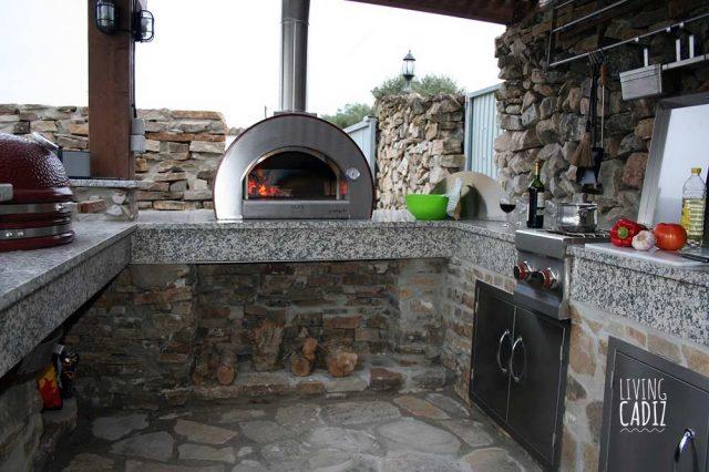 Cocina exterior con horno de leña