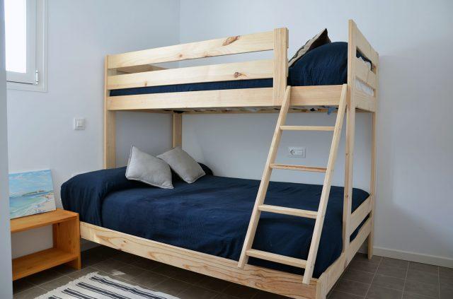 Dormitorio 2 con litera triple (cama doble 1,35m. abajo e individual de 0,9m. arriba)