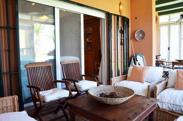 Sofás y mesa de terraza