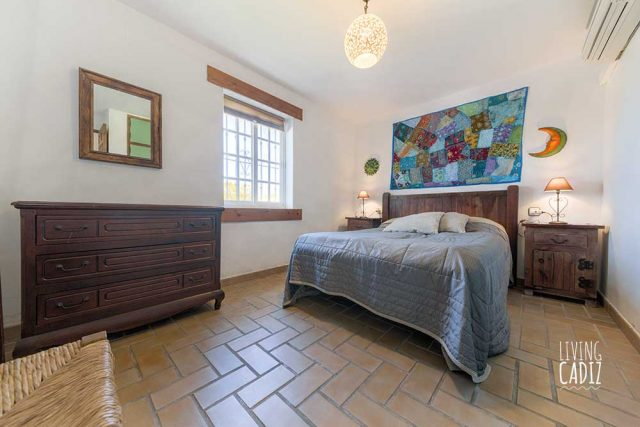Habitación doble con cama matrimonial en planta baja