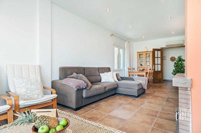 Sofa con chimenea