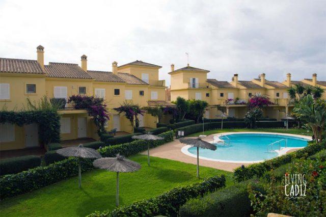 Vista de piscina comunitaria desde balcón