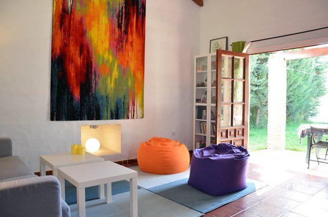 Sala de estar con sofa y puf