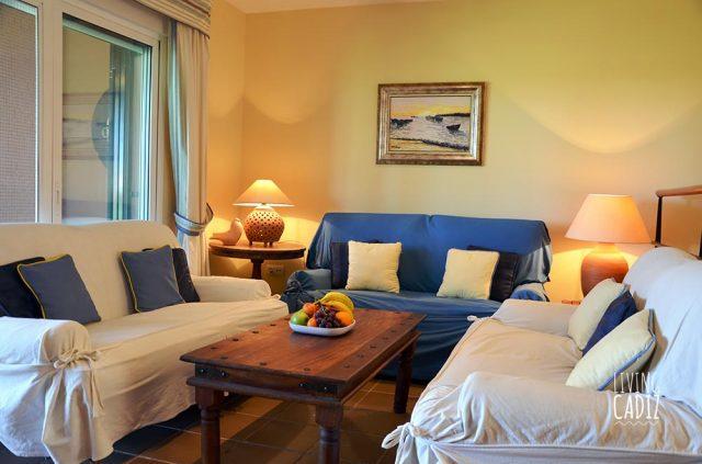 Sala de estar con 3 sofás