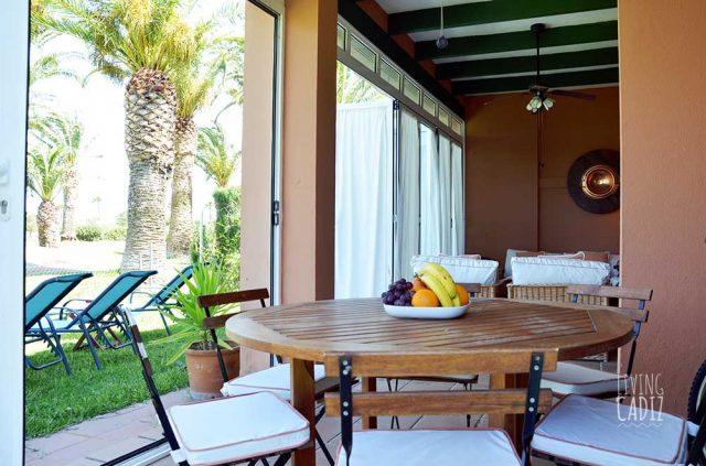 Mesa de terraza con sillas para comer