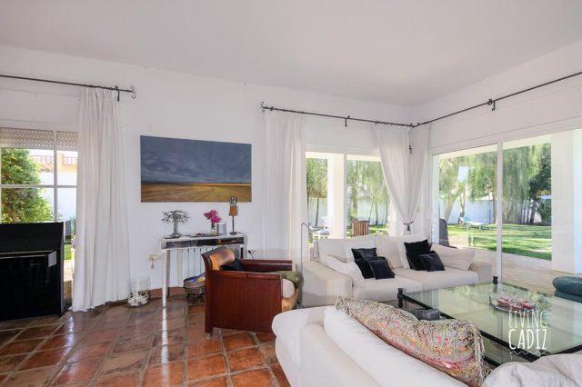 Grandes ventanales del salón / sala de estar