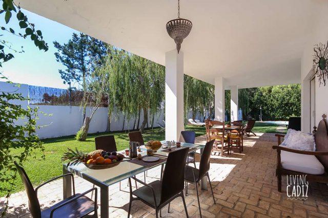 Terraza equipada con mesas para hacer desayunos