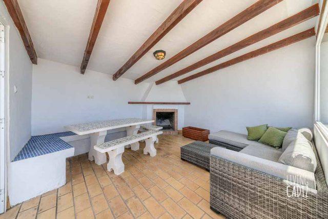Terraza interior con chimenea y sofás